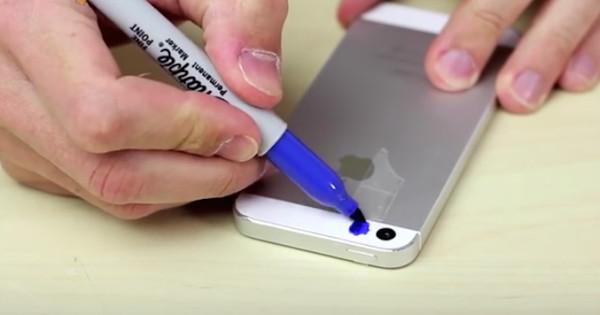Dieser Typ bemalt die Kamera seines Smartphones mit einem Sharpie (Stift). Du wirst das gleiche tun wenn du erfährst warum er das macht.